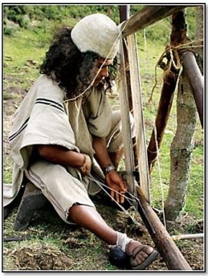 Indio arhuaco en el telar